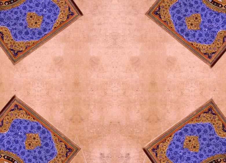 /> <br><br> Mushaf'ın bezemesi, klâsik devir tezhibine ışık tutacak mahiyettedir. Eserin ilk sayfasında (v. 1a) yuvarlak bir form içerisinde yer alan Fussilet Sûresi bir pervaz içerisine alınmıştır. Kartuş pafta şeklinde ve renkli bitkisel motiflerin kullanıldığı bu pervazın zemini siyahtır. Sayfa, klâsik cilt formunda bulunan köşebent, şemse ve salbekler kullanılarak tasarlanmıştır. Altınlı alanların haricinde kalan zemin açık mavidir. Bu zemin üzerine koyu maviyle çift tahrir bezeme yapılmıştır. Ortadaki şemse formunun etrafını saz yaprakları çevrelemektedir. Köşebent ve salbek formları piçide(sarılma) rûmî ve bitkisel motifler kullanılmak suretiyle oluşturulmuştur.  <br><br> Yazmanın zahriye sayfası (v.1b-2a) tam bir klâsik dönem tezhibidir. Karşılıklı iki sayfa halinde düzenlenmiştir. Sayfanın bütünüyle bezenmiş oluşu ve tezhibinin ihtişamı, devrinin sanat zevkine işaret etmektedir.  <br><br> Bu asrın sonuna kadar çok farklı formlarda karşımıza çıkan zahriye tezhibinin zemininde altın, lacivert ve küçük alanlarda siyah kullanılmıştır. İçteki alan ve dış pervaz ayırma rûmî ve ortabağ motifleri esas alınarak kompoze edilmiştir. İç alandaki kompozisyon aynı desenin 64 defa tekrar edilmesiyle oluşturulmuş ve çok ince bir işçilikle işlenmiştir. <br><img align='center' style='margin:auto; margin-top:15px'  class=